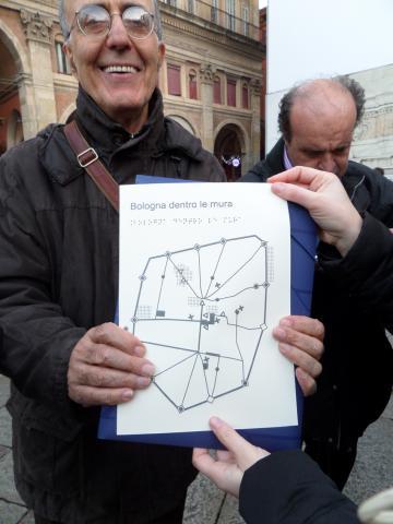 Giovanni sembra soddisfatto della sua mappa!
