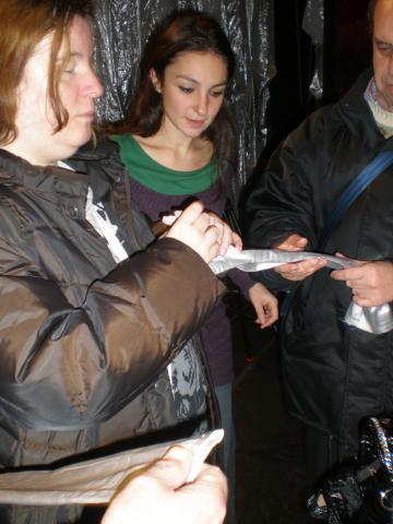 Esplorazione tattile della scenografia e dei costumi dello spettacolo